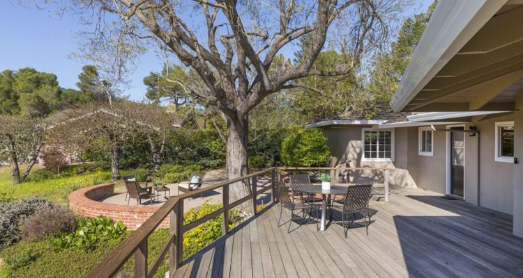 Spacious deck, great for entertaining!
