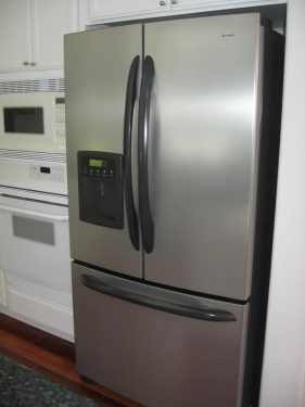Refrigerator with water dispenser